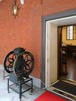 重厚な扉が元金庫室の証.JPG